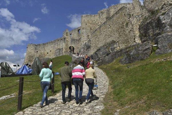 Spišský hrad. Patrí k najväčším turistickým atrakciám Košického kraja.