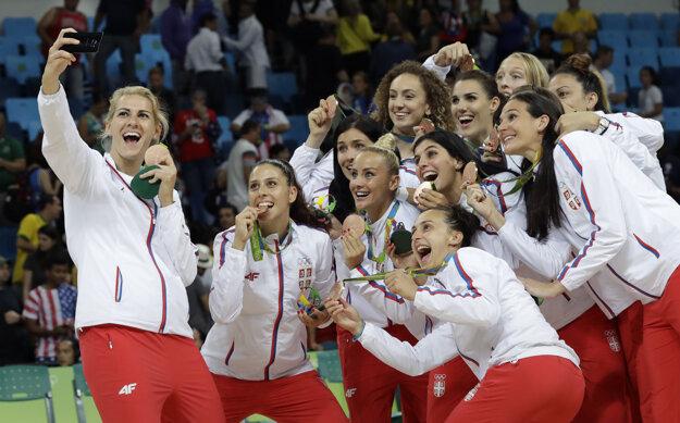 Basketbalistky Srbska sa radujú z bronzových medailí.