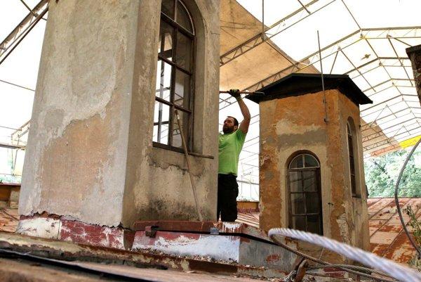 Náročné práce sa v súčasnosti sústreďujú na strešnú časť kaštieľa, zabrániť to má zatekaniu do objektu.