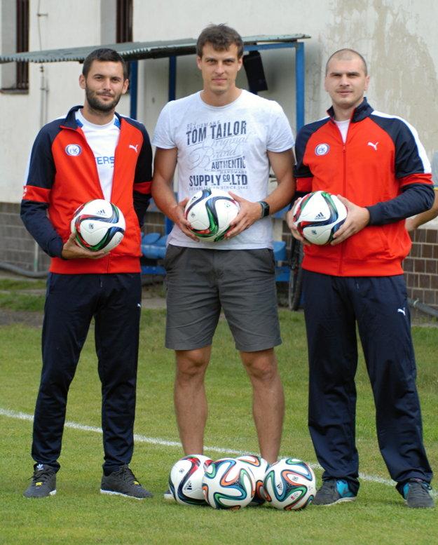 Zľava: kapitán FK Čadca Tomáš Tlelka, predseda Komisie mládeže ašportu Peter Strapáč abrankár Marek Hlava.