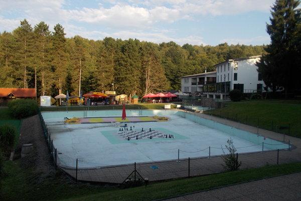 Modrý bazén. Špatí aohrozuje bezpečnosť návštevníkov.
