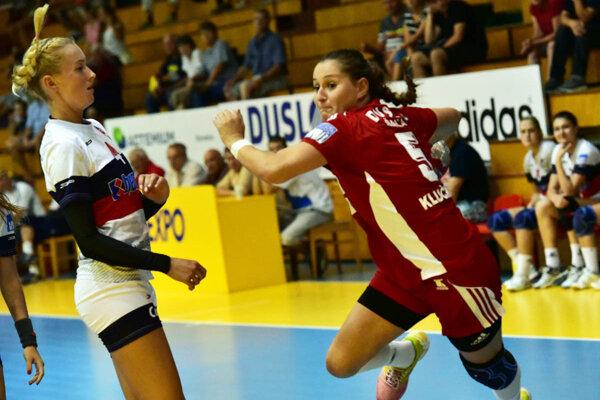 V zápase Šale s Prešovom sa rozhodovalo o druhom mieste. Na snímke Klučková (vpravo) a Demajová (bývalá hráčka Dusla).