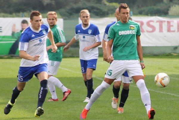 Snina (vzeleno-bielom) stále čaká na prvé víťazstvo. VBardejovskej Novej Vsi prehral tím spod Vihorlatu 0:1.