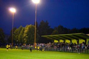 Zápas v Nedožeroch-Brezanoch sledovalo pri umelom osvetlení päťsto divákov.