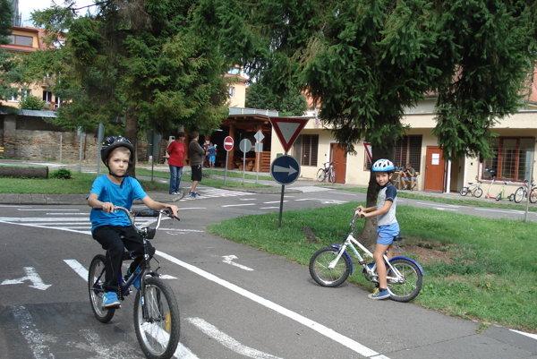 Deti na bicykloch. Vyskúšali si jazdu na cestách.