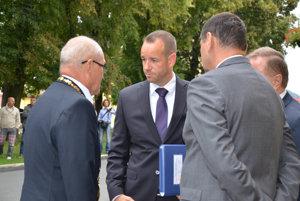 Zľava: Primátor Sabinova Peter Molčan, štátny tajomník ministerstva dopravy Viktor Stromček a predseda PSK Peter Chudík pred výjazdovým rokovaním vlády v Sabinove.