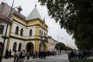Na snímke pred mestským úradom v Sabinove očakávali príchod členov vlády a premiéra SR Roberta Fica.
