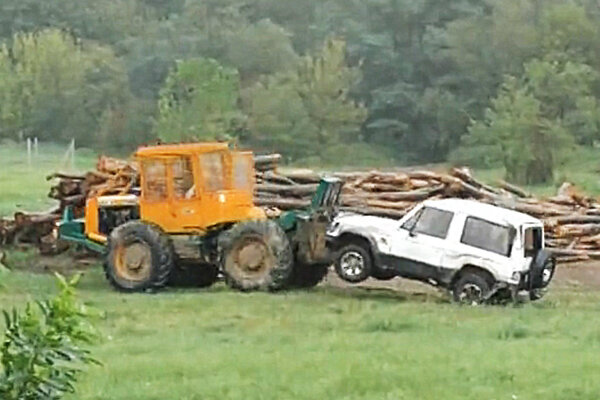 Auto odtiahol traktor.
