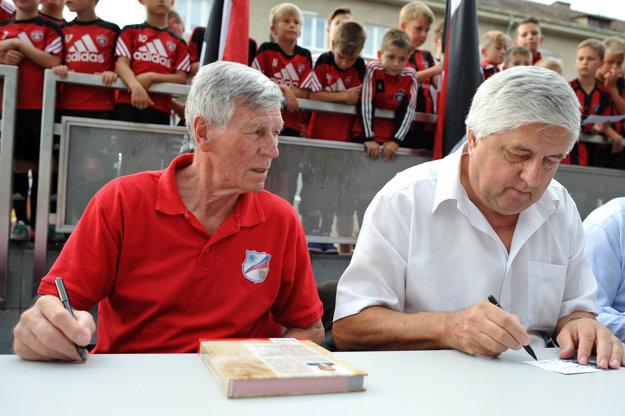 Jozef Adamec a Karol Dobiáš sú legendami slovenského futbalu. Pri odhalení sochy Antona Malatinského nechýbali.