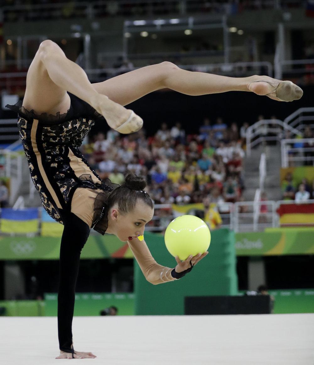 Moderná gymnastika, cvičenie s loptou, Ukrajinka Hanna Rizadinovová.