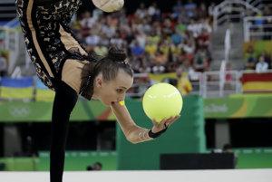 Moderná gymnastika, cvičenie s loptou. (ilustračný snímok)