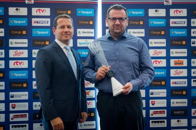 Cenu za Christiána Jaroša prevzal jeho otec. (vpravo)
