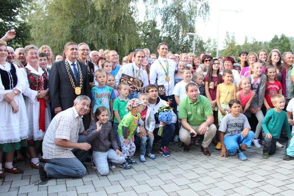 Každý sa chcel odfotiť solympijskými víťazmi. Škantárovci sa doma dočkali vrelého uvítania.