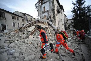 Záchranári prehľadávajú zrútené budovy v mestečku Arcuata del Tronto.