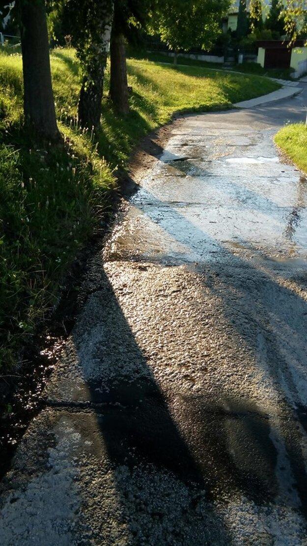Vodu nezachytáva ani vykopaný jarok pri chodníku.