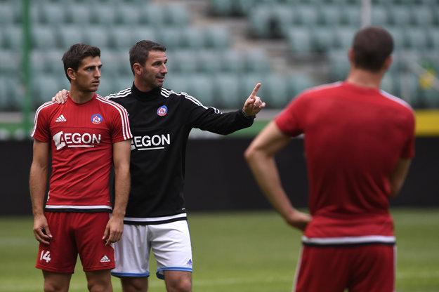 Martin Ševela a Jakub Holúbek počas jedného z tréningov. Pre Holúbka to bude posledný zápas v drese AS. Stále verí, že s výsledkom sa dá niečo robiť. Martin Ševela už menej.