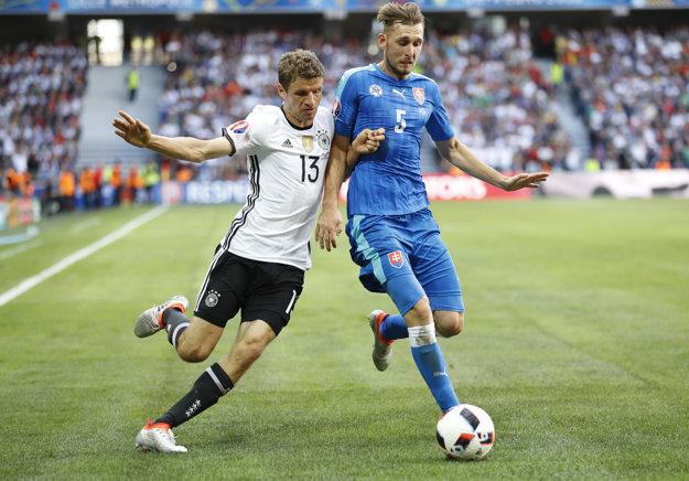 Norbert Gyömbér (vpravo) nastúpil na ME vo Francúzsku aj v zápase osemfinále proti Nemecku.