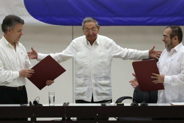 Sprava líder FARC Timoleon Jimenez, kubánsky prezident Raúl Castro a kolumbijský prezident Juan Manuel Santos.