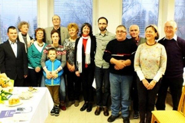 Potomkovia z rodiny Jána Raka staršieho so starostom  Hradišťa pod Vrátnom Lukášom Pirohom a hosťami spomienky na  100. výročie narodenia nadrealistického básnika.