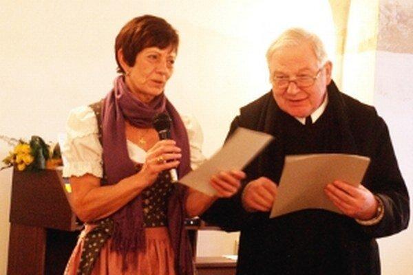 Júlia Lauková a páter Martin Mayrhofer.