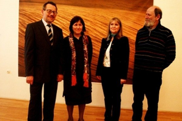 Zľava – riaditeľ  ZGJM Štefan Zajíček, Miroslava Trizuljaková, kurátorka Dana Janáčková a Marek Trizuljak.