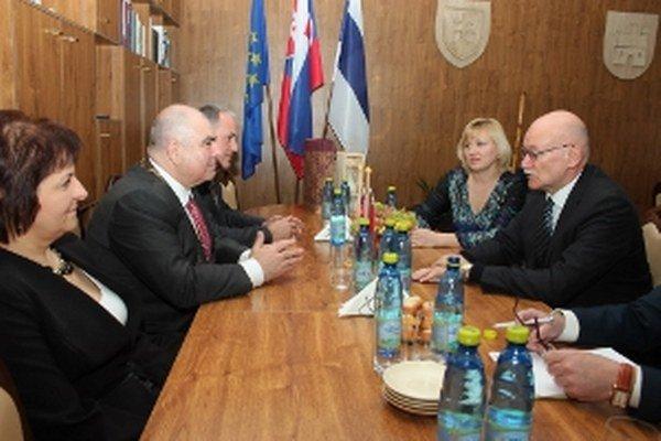 Alexej Leonidovič Fedotov (vpravo)na stretnutí s primátorom Holíča Zdenkom Čambalom, jeho zástupcom Rastislavom Caletkom a prednostkou úradu Janou Jurkovičovou (vľavo).