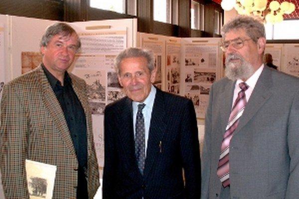 Z výstavy pri 750-ročnici Senice v roku 2006 spolu s evanjelickým farárom Jurajom Šefčíkom (zľava), regionálny historik Vladimír Jamárik a etnológ Mojmír Benža (vpravo).