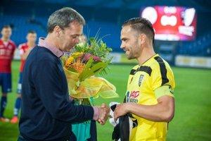 S Dušanom Vrom sa rozlúčili aj hráči súpera. Kapitán Myjavy Tomáš Kóňa strávil v Senici pod vedením Vrťa viac ako štyri roky.