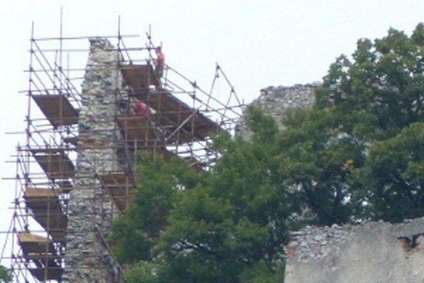 Murári z východného Slovenska pracujú na oprave Plaveckého hradu.