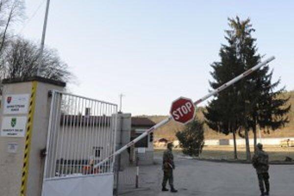 Vstup do areálu, v ktorom je aj muničný sklad.