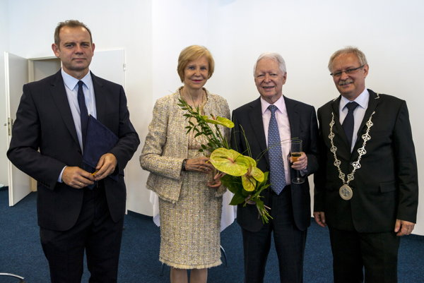 Zľava vedecký riaditeľ Virologického ústavu Biomedicínskeho centra SAV Juraj Kopáček, Marica Vilčeková, profesor Ján Vilček a podpredseda SAV Karol Marhold.
