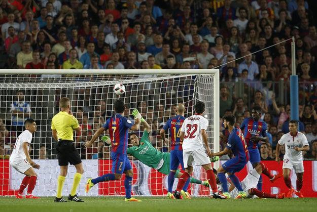 Claudio Bravo zasahuje v zápase o španielsky Superpohár proti FC Sevilla.