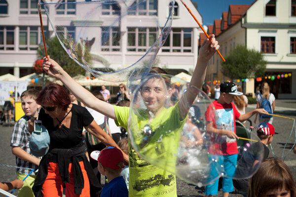 Viac ako 600 účastníkov sa na Mariánskom námestí zabávalo z bublinami.