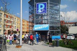 Takto by mohol automatický parkovací dom pre bicykle vyzerať.