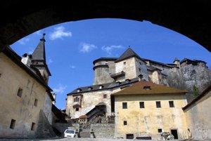 Člení na horný hrad, stredný hrad a dolný hrad.