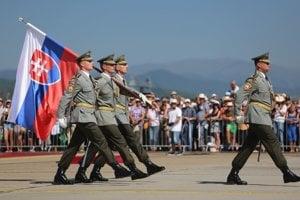 Čestná stráž počas úvodného ceremoniálu dnešnej leteckej šou.