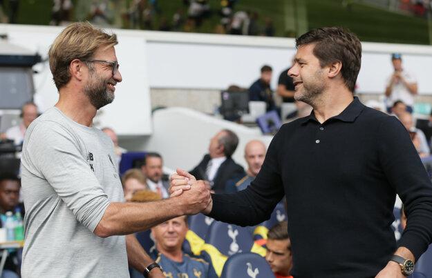 Tréner Liverpoolu Jürgen Klopp (vľavo) sa pred začiatkom zápasu zdraví s koučom Tottenhamu Mauriciom Pochettinom.