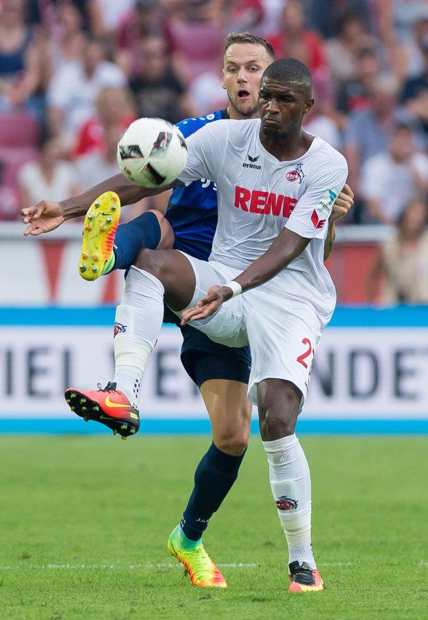 Hráč Kolína Anthony Modeste (vpredu) bojuje o loptu s Alexandrom Miloševičom z Darmstadtu.
