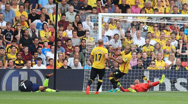 Alexis Sánchez (vľavo na trávniku) strieľa gól do siete Watfordu.