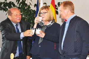 Starosta Bobrova Anton Grobarčík (vľavo) si sministerkou Gabrielou Matečnou apredsedom SPPK Milanom Semančíkom pripili mliekom.