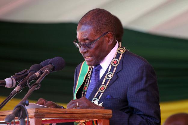 Robert Mugabe reční počas osláv nezávislosti Zimbabwe. V krajine ale vládne tvrdou rukou.