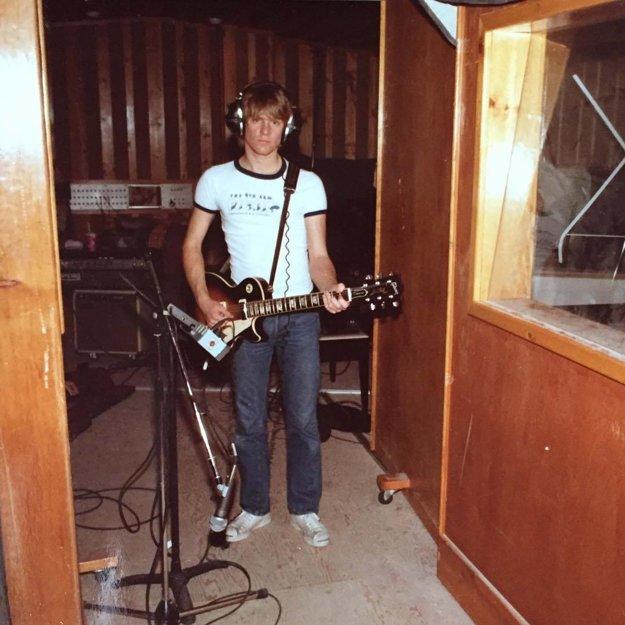 V nahrávacom štúdiu. Fanúšikom prezradil, že túto gitaru Les Paul má dodnes.