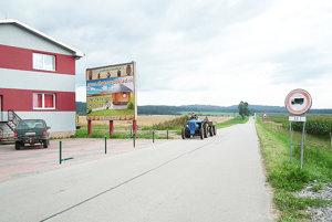 Na konci dediny. Na zákaz upozorňuje vodičov zvislá značka sdodatkovou tabuľkou.