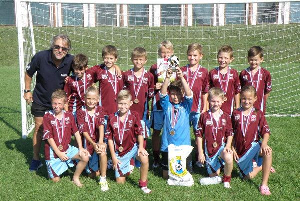 Mladí futbalisti FKM Nové Zámky s trénerom Tomášom Arpášom