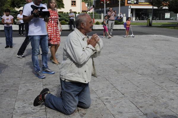 Občan čaká na príchod premiéra Roberta Fica.