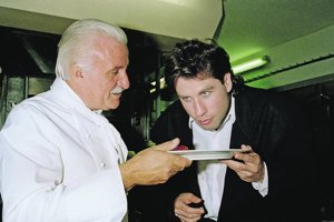 Roger Vergé (vľavo) a herec John Travolta.
