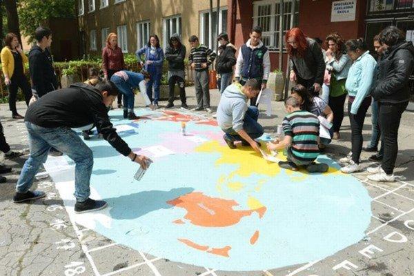 Nedávno žiaci pred školou maľovali veľkú mapu sveta.