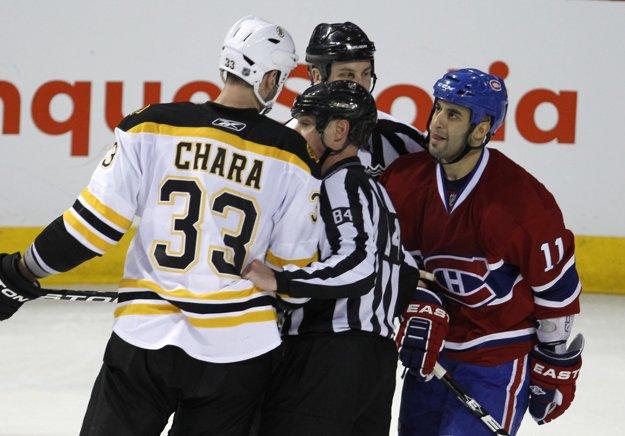 Scott Gomez (vpravo) sa na ľade stretol aj so Zdenom Chárom. V jednom zo zápasov ich museli od seba rozhodcovia oddeľovať.