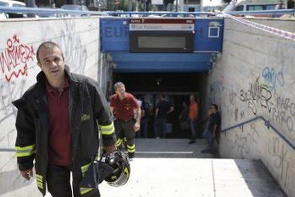 Hasiči vychádzajú zo stanice metra, kde došlo k zrážke dvoch súprav na stanici v južnom Ríme.