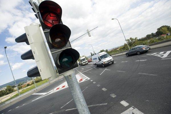 V súčasnosti možno bez pokuty odbočovať na červenú len v prípade, ak je na semafore aj pridaná šípka pre odbočovanie vpravo.